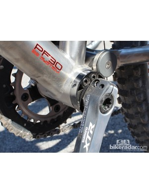 The eccentric bottom bracket is at the heart of the MWC system. Here, with 650b wheels, the spindle is set in a relatively low position within the bottom bracket. For 26in wheels, it sits higher