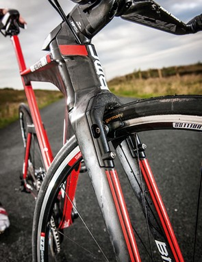 Fully integrated V brakes blend into the front of the fork for minimum aero disturbance