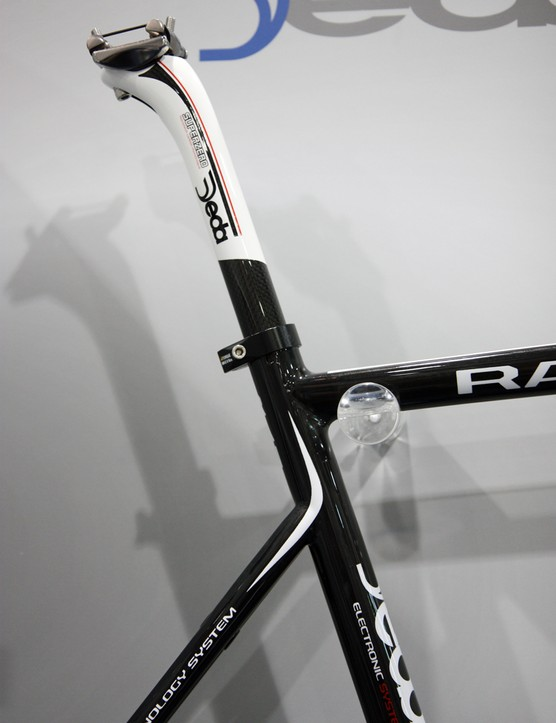 Dedacciai Strada fits the Ran with a slim 27.2mm diameter seatpost