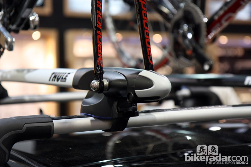 The Thule Sprint tray's AutoTorque feature automatically clamps fork tips at a preset torque to prevent damage - simply twist the knob until it clicks and you're done