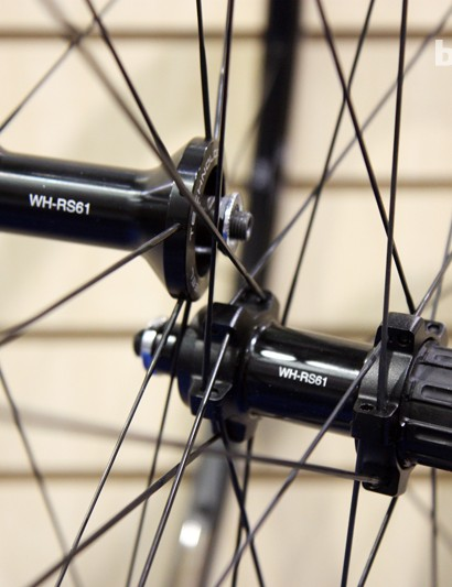 The Shimano WH-RS61 tubeless road wheelset is built around forged aluminum hubs with adjustable angular contact bearings