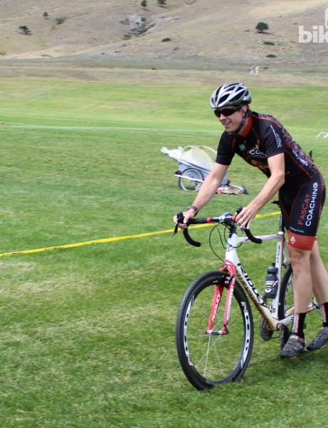 Cyclocross dismount step 2: Put your right foot behind your left, lean the saddle against your hip