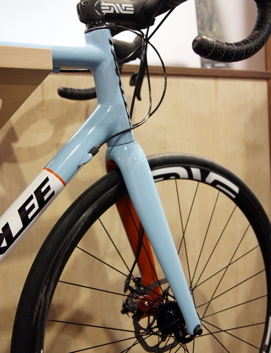 Enve Composites provides Parlee with a custom 1 1/8in to 1 1/4in version of its disc road fork