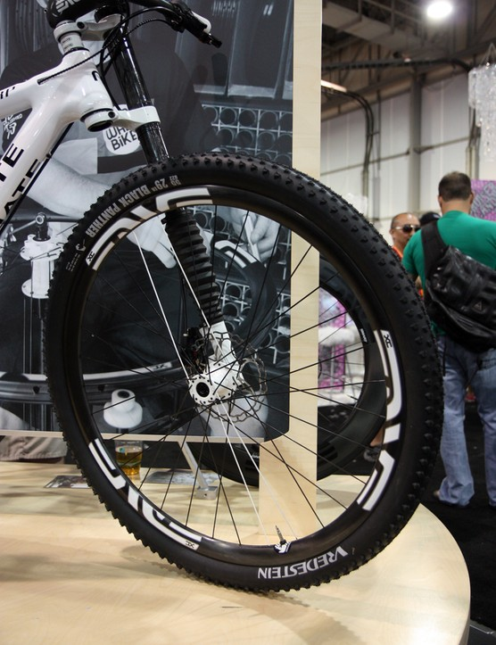 The front end features a Cannondale Lefty fork, Enve Composites carbon rims, Tune hubs, and Vredestein tires