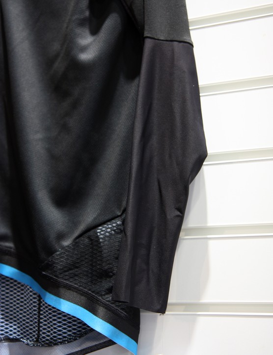 Don't think of Giordana's long-sleeve EXO System jersey as a cool-weather piece. The ultralight fabrics and generous helpings of mesh are intended for use in hot conditions