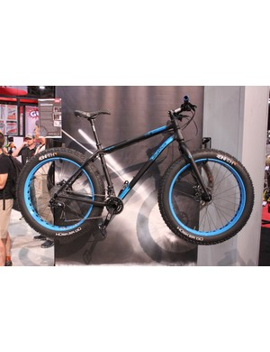 The Salsa Beargrease is a stripped down, race-ready fat bike. A medium frameset reportedly weighs 2.36kg (5.2lb), with complete bikes weighing in at approximately 12.9kg (28.5lb)