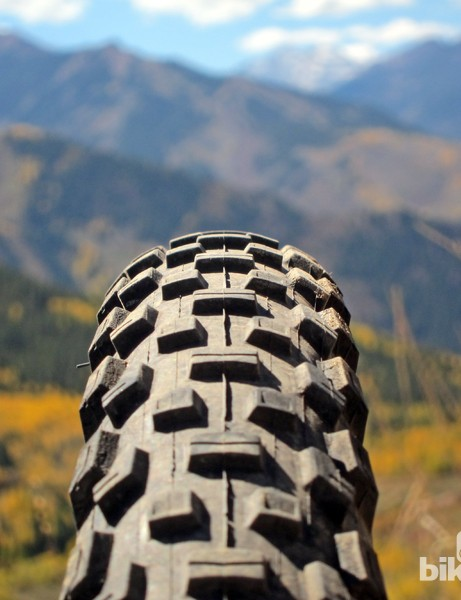 The rounded casing and stout shoulder tread affords extreme lean angles and predictable breakaway manners on tackier dirt but we'd prefer a more squared-off shape for hardpack and looser conditions