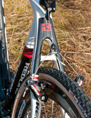 The Redline Carbon Conquest Team has an integrated brake cable hanger in the seat post clamp