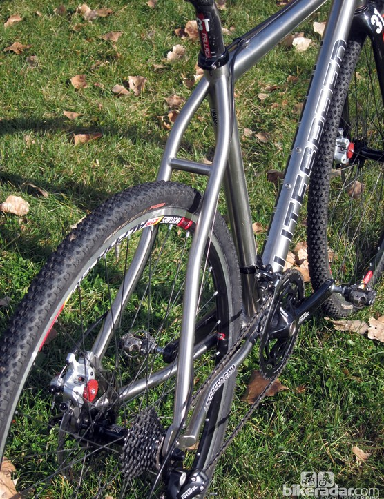 S-bend stays add a bit of curviness to the otherwise straight lines on the Litespeed CX