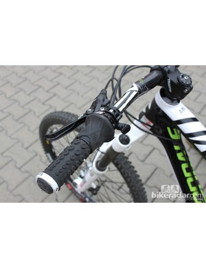 Possibly one of the cleanest solutions to the increasing number of levers and swiches on modern mountain bikes: braking, seatpost height and the rear suspension are all controlled by the left hand