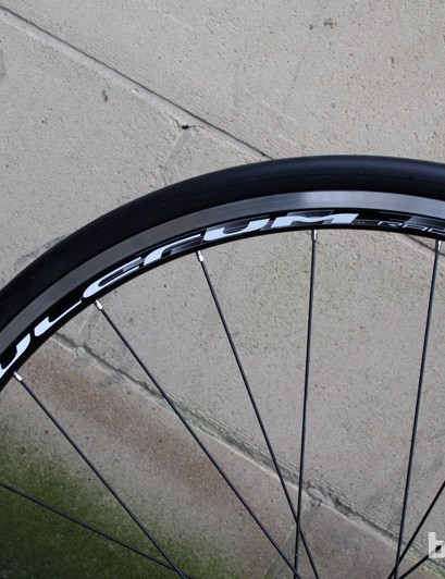 Fulcrum Racing 7 wheels fitted with Vredestein Fortezza clinchers on the Verenti Revelation