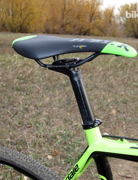 The Fizik Tundra 2 saddle is hard but well shaped, with smooth contours that make for drama-free remounts. The two-bolt aluminum seatpost head is low-profile but the rear bolt is rather excessively long