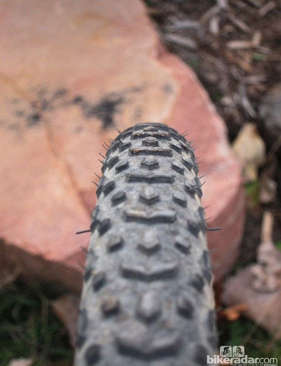 The pentagonal transition knobs and elongated shoulder blocks work better than the small and flexy dots of the traditional tread pattern the Vittoria Cross XG Pro is based on, but the hard rubber compound still compromises the grip