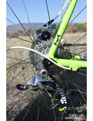 A SRAM PG-1070 cassette and PC-1091 chain complement the SRAM Red rear derailleur
