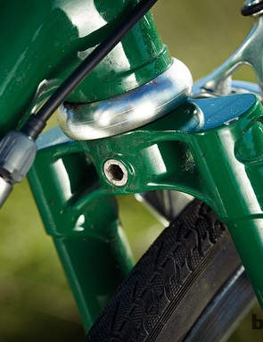 The frame features hand fillet brazed construction