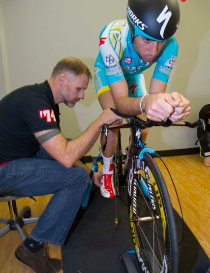 Madsen measures the position of Nibali's knee