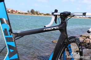The new Giant Propel trades in the company's usual compact front triangle for a level top tube