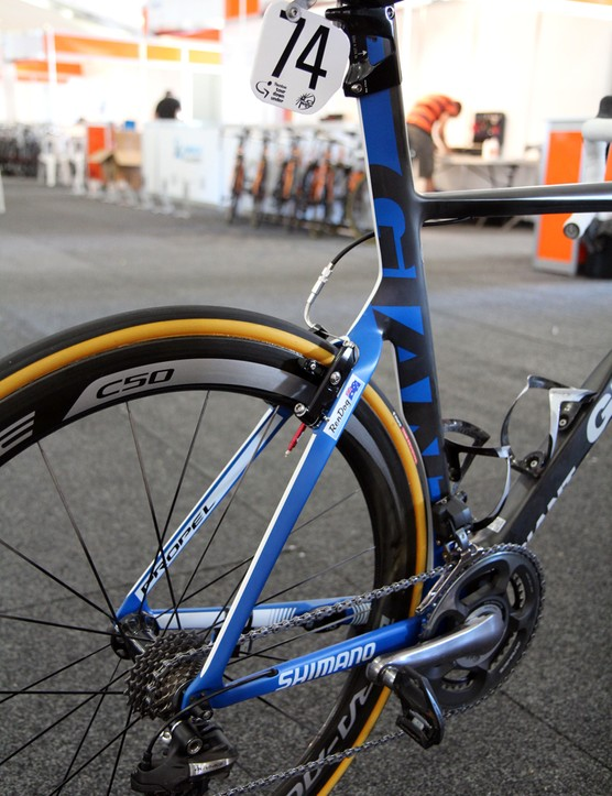 While everyone seems to be jumping on the truncated airfoil bandwagon for their latest aero road bikes, Giant uses a more traditional shape for Mark Renshaw's (Blanco) new Propel Advanced SL