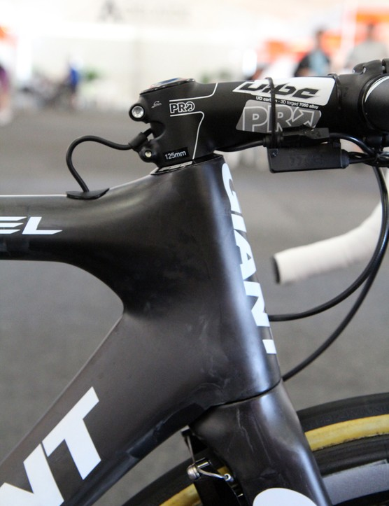 Giant uses its usual massive oversized OverDrive 2 1 1/4in to 1 1/2in steerer for the new Propel Advanced SL but the hourglass-profile head tube and trim headset bearing cartridges still yield a surprisingly slim exterior shape