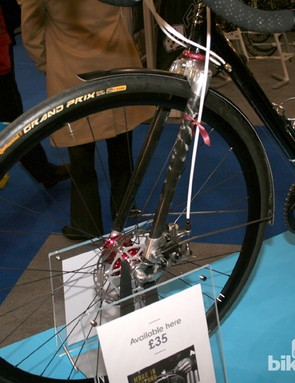 The front end boasts a carbon fork and Conti Grand Prix commuting slicks