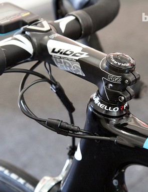 The aluminum PRO Vibe 7s Anatomic handlebar is clamped by a carbon-wrapped, forged aluminum PRO Vibe stem