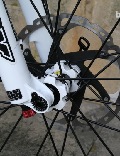 A 15mm axle keeps things tight up front