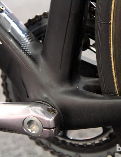 The 86mm-wide bottom bracket shell is filled with press-fit bearing cups