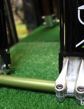 The forged magnesium dropouts should help keep the Emerald somewhere around the 2.9kg/6.4lb mark, slotting it in between the Fox 40 and RockShox Boxxer World Cup