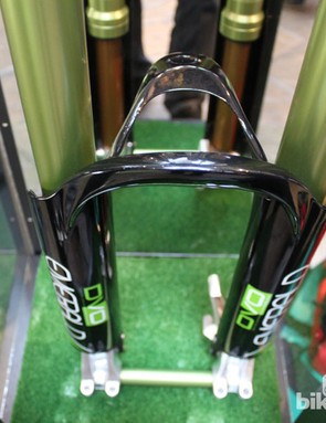 t's the arch that sets this fork apart from other upside-down designs. Made from 'Hex Core Carbon' and integrated with the stanchion guards, it's said to boost stiffness massively