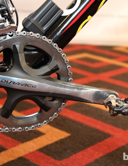 The 172.5mm-long Shimano Dura-Ace 7900 cranks are fitted with 46/39T chainrings and M970-generation XTR pedals