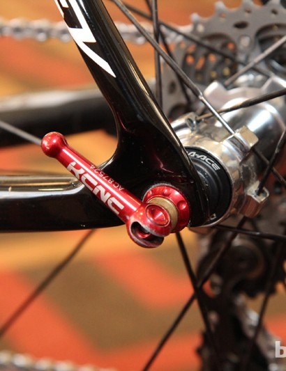 Lightweight KCNC KQR skewers clamp down on newly carbon fiber dropouts