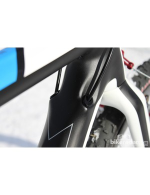 The front and rear derailleur cables are internall routed through the downtube