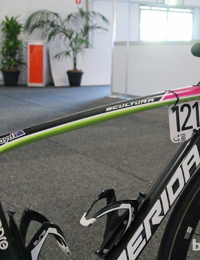 The top tube is gradually curved but also very wide