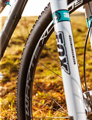 The carbon-rimmed set on the 109 S is very impressive. By keeping 28 spokes up front and 32 at the rear, stiffness is good between rim and hub