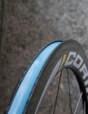 The precise inner wall of the rim can be sharp. Take care not to pinch the tube when mounting new tyres