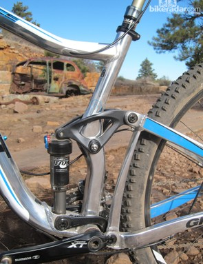 The upper link pivot is integrated into the hydroformed aluminum seat tube