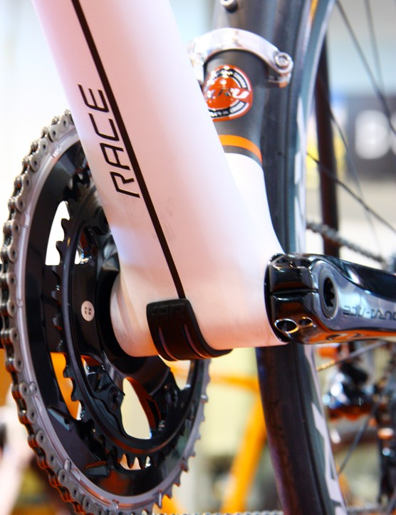 While the other Guru Photon models use a PressFit 30 bottom bracket, the stiffer Photon R gets a wider PF86 shell
