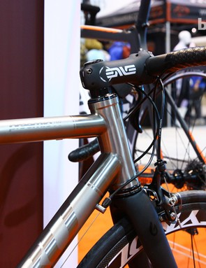 The Guru Praemio-R features a 44mm head tube that can be used with either straight or tapered steerers