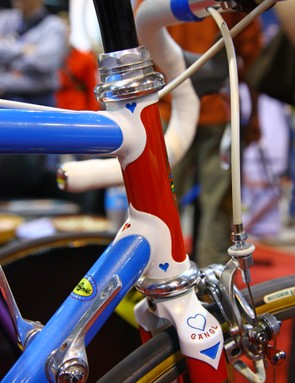 Simply stunning. And lest you can't manage to pull your eyes away from the paint and lug work, check out the routing on the front brake cable