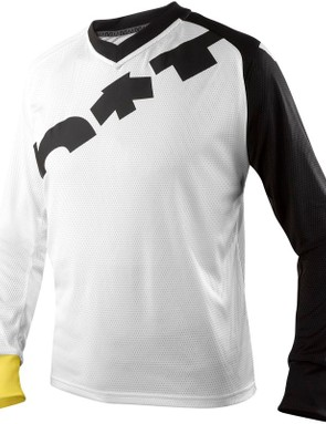 A V-neck on the Notch jersey is implemented to help reduce neck pull from hydration packs