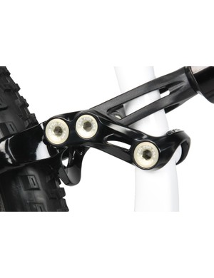 The U-shapped seat stay brace keeps the linkage from contacting the seat tube