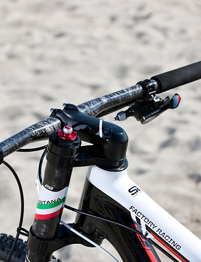 The cockpit of the bike is very clean with just one rear SRAM XX1 rear shifter and a fork remote lockout