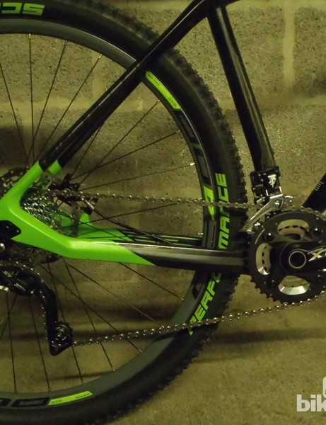 A bolt-thru rear axle, internal cable routing and chainstay-mounted brakes give smooth lines