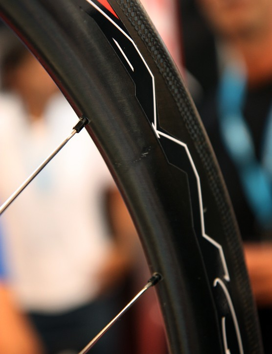 HED uses convenient external nipples on its new Vanquish carbon clincher rim