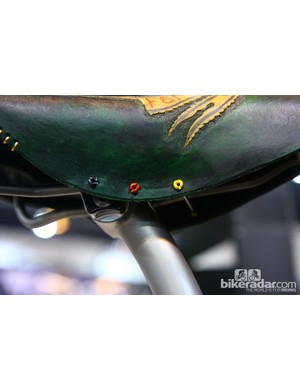 Double-threaded spokes and anodized aluminum nipples hold the bottom of the saddle together