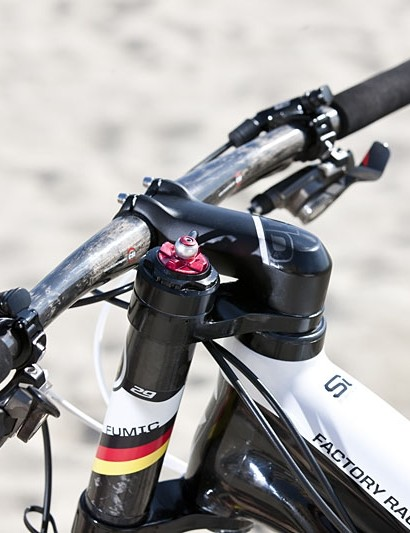 There's a standard Cannondale OPI stem/steerer holding on the bars