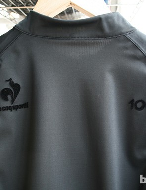 Blacked-out details on the back of the maillot noir, in the Centieme line