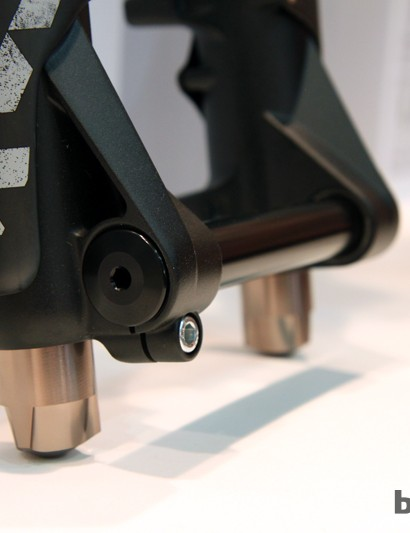The Metric uses the same single-bolt 20mm thru-axle design as on the RV1