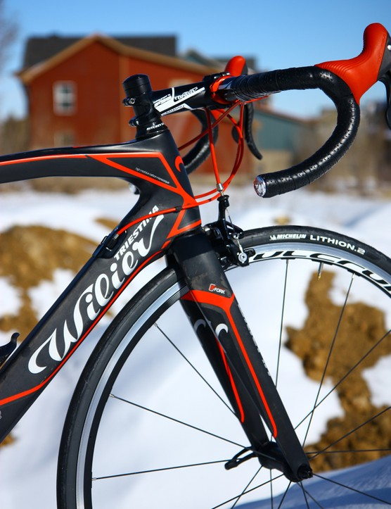 The fork's tapered steerer and deep-profile legs combine with the stout front triangle for excellent confidence through high-speed corners