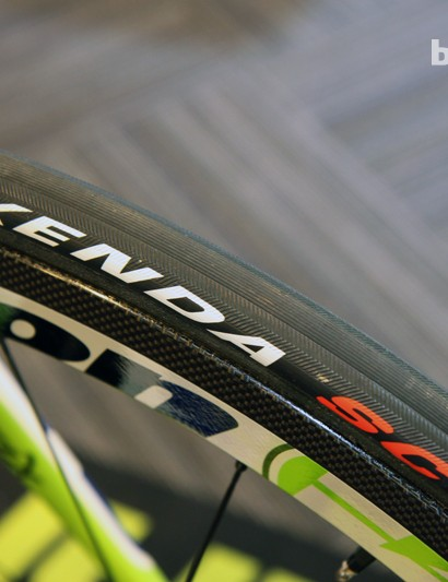 Peter Sagan's (Cannondale Pro Cycling) tires wear 'Kenda SC' hot stamps but look an awful lot like Veloflex Carbons